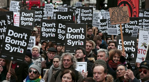 Demonstrators listen to speakers at a rally against taking military action against Islamic State in Syria, held outside Downing Street in London, November 28, 2015. REUTERS/Suzanne Plunkett - RTX1W8AQ