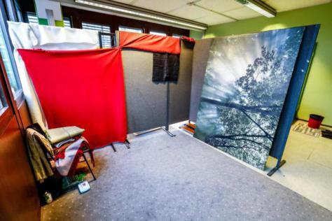 Diese Raumteiler mit Decken dienten laut Rektorat dazu, den Raum in einen größeren, hellen Bereich für Männer und einen kleineren dunklen Bereich für Frauen aufzuteilen. Foto: TU Dortmund